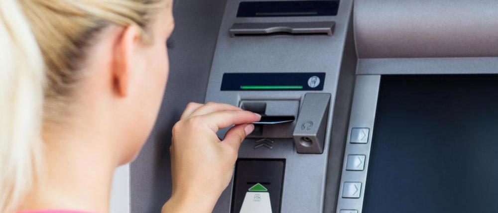 Какие виды мошенничества с банкоматами встречаются? Что такое скиминг и как понять, что банкомат подвергся атаке мошенников? Куда обратиться, если деньги с карты похитили? Узнайте из нашей статьи.