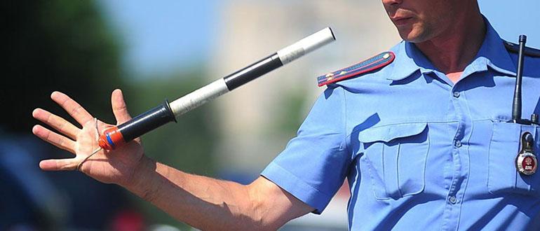 Взятка инспектору ГИБДД на дороге — законно ли? Как могут наказать, если поймают?