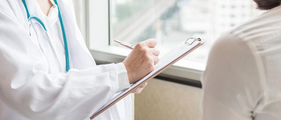 Как пожаловаться на поликлинику или больницу, если с вас берут плату за медицинские услуги, отказывают в необходимой помощи или хамят? Как правильно написать и куда подать жалобу? Читайте в нашей статье